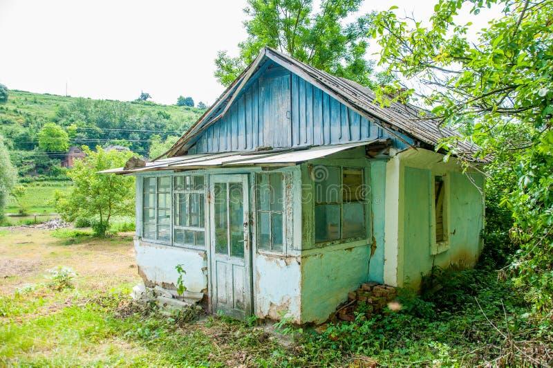 Gammalt litet hus med ett trätak arkivbilder