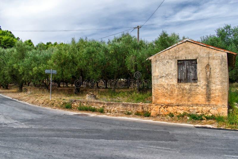 Gammalt litet hus nära en väg i bygden arkivfoton