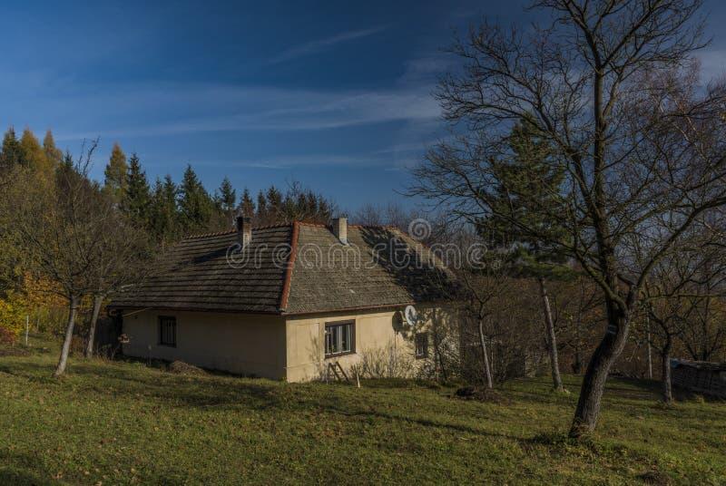 Gammalt litet hus på höstberg nära den Zitkova byn arkivfoto