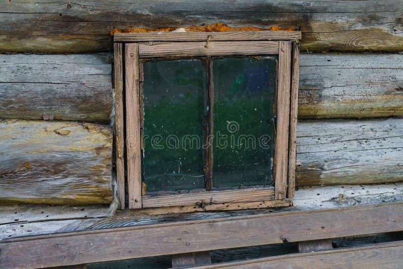Gammalt litet träfönster i ett lantligt bad arkivfoton