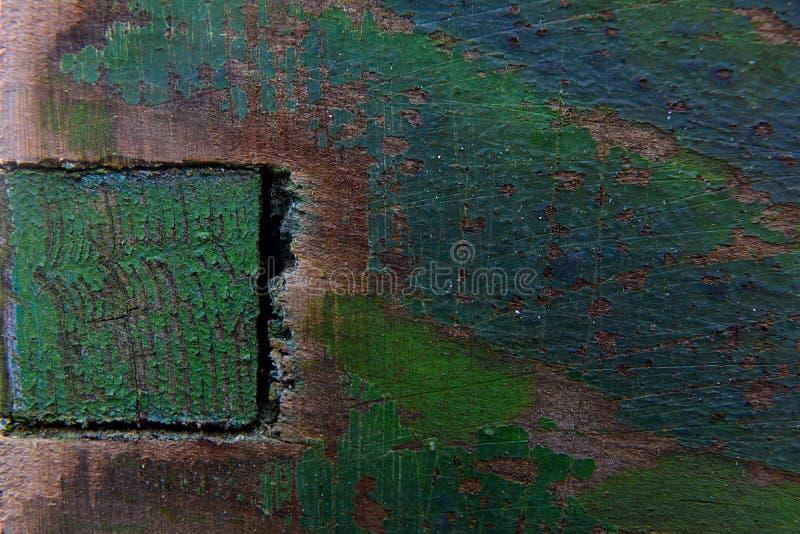 Gammalt mörker - grön målarfärg på en träbikupa arkivbilder