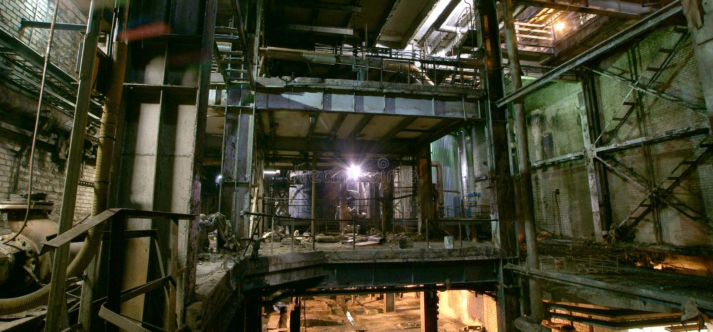 Gammalt mörker som förfaller den smutsiga fabriken royaltyfria bilder