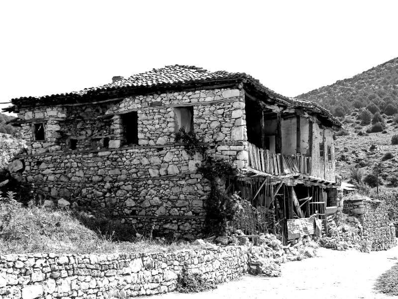 Gammalt macedonian byhus som är svartvitt arkivbild