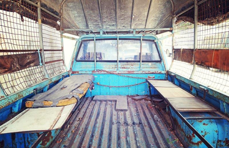 Gammalt madrassställe bak baksida av den blåa pickupet i tappning r royaltyfri foto