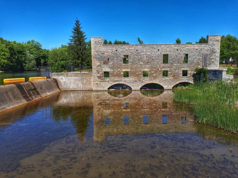 Gammalt mala fördärvar längs den Scugog floden i Lindsay, Ontario royaltyfri foto
