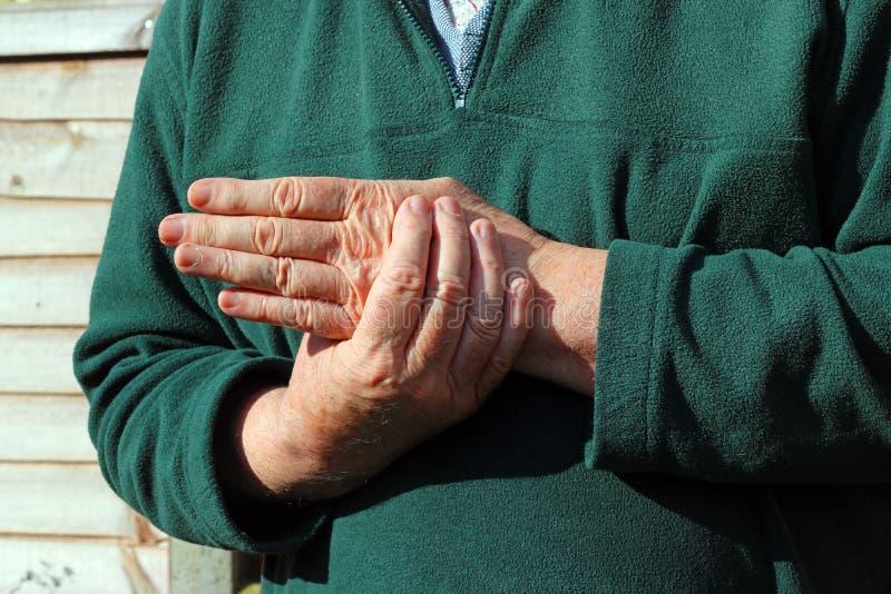 Gammalt mans vänstersidahanden Smärta artrit royaltyfri bild