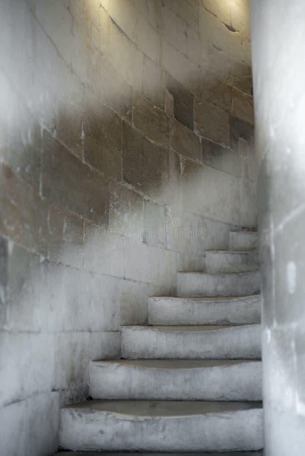 Gammalt marmorera trappa i Tuscany i en rund trappuppgång arkivbilder