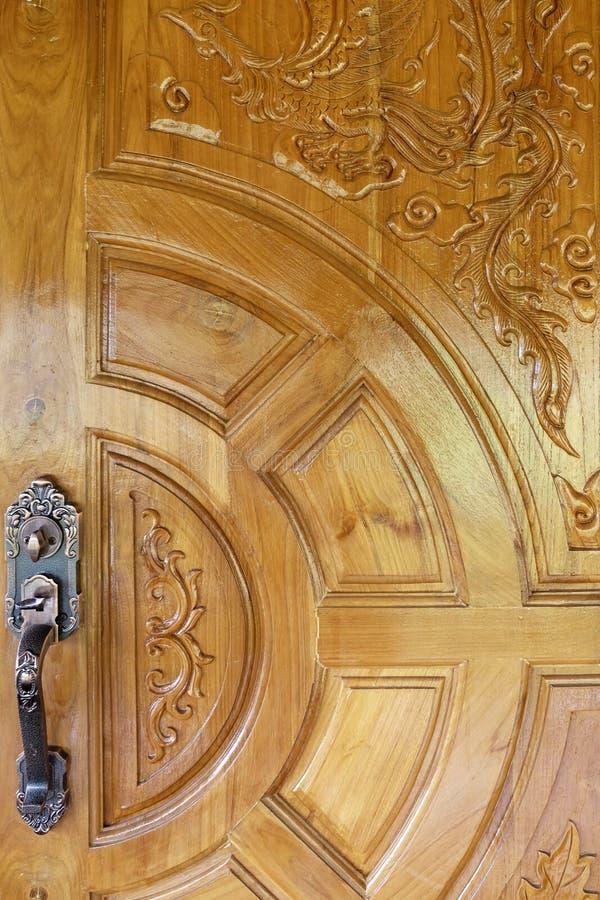Gammalt metallhandtag på en trädörr royaltyfri fotografi