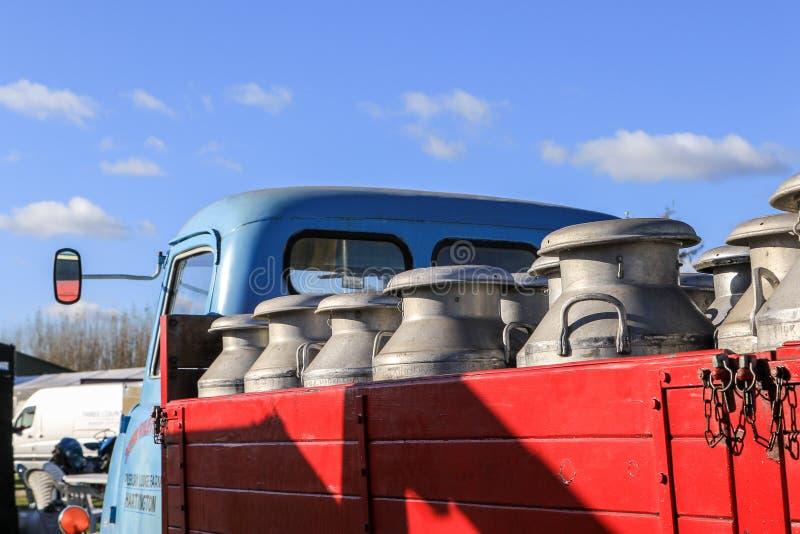 Gammalt mjölka mjölkkannor på tappninglastbilen royaltyfri foto