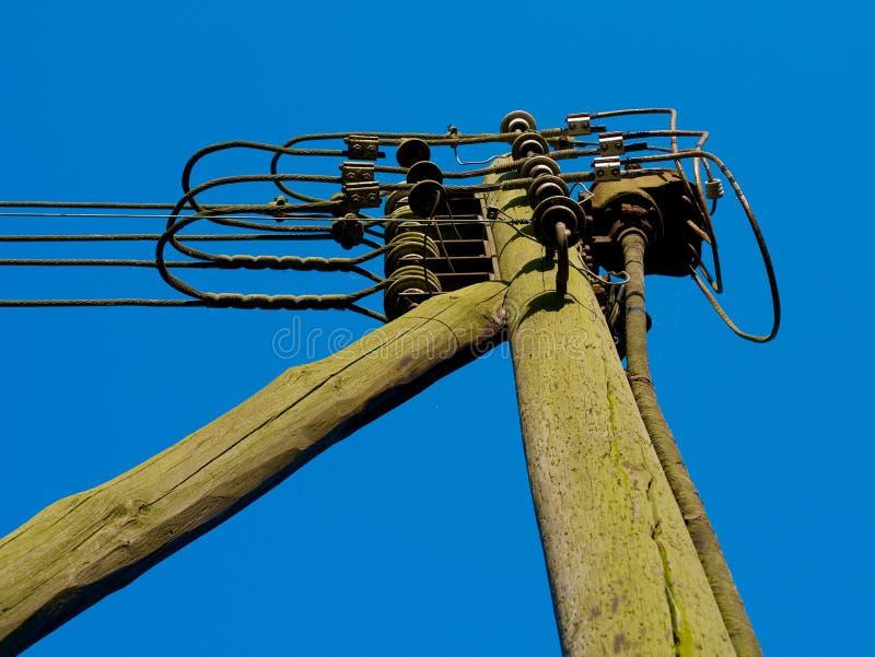 Gammalt nytto- trä för maktpol royaltyfri foto