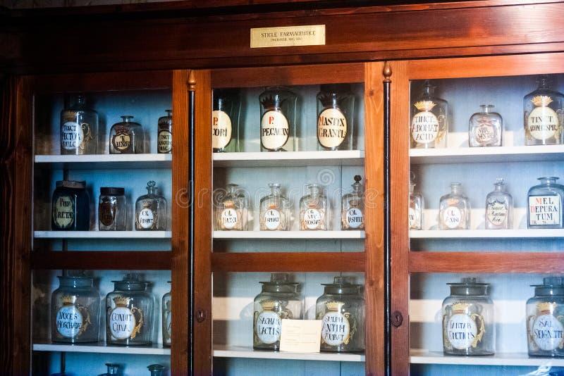 Gammalt objekt, hjälpmedel och lynne från ett farmaceutiskt museum i Cluj Napoca, Rumänien royaltyfri fotografi