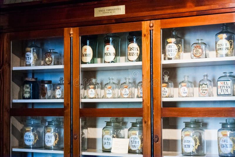 Gammalt objekt, hjälpmedel och lynne från ett farmaceutiskt museum i Cluj Napoca, Rumänien fotografering för bildbyråer