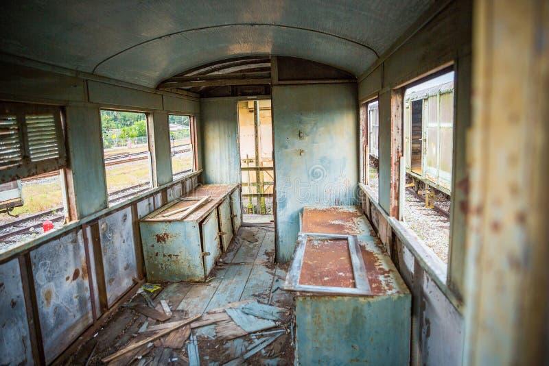 Gammalt och övergett passageraredrev arkivbild