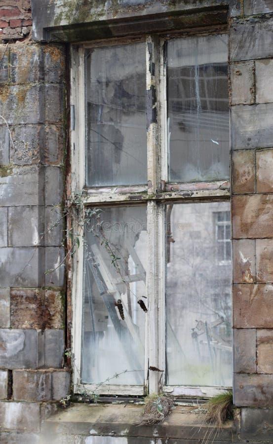 Gammalt och brutet fönster royaltyfri fotografi