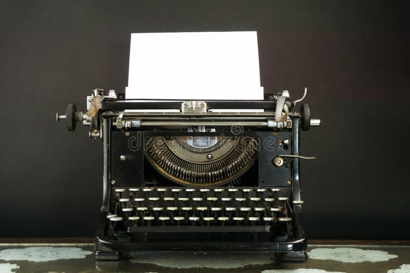 Gammalt och Dusty Typewriter med ett ark av papper royaltyfri bild