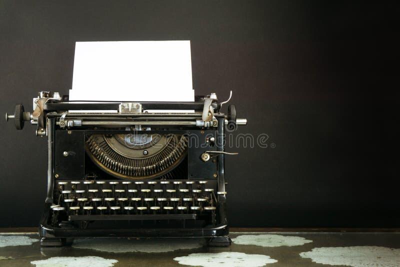 Gammalt och Dusty Typewriter på svart bakgrund royaltyfria bilder