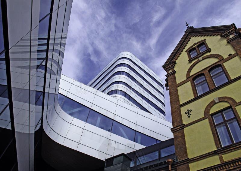 Gammalt och nytt arkitekturmöte i den samma grannskapen royaltyfri foto