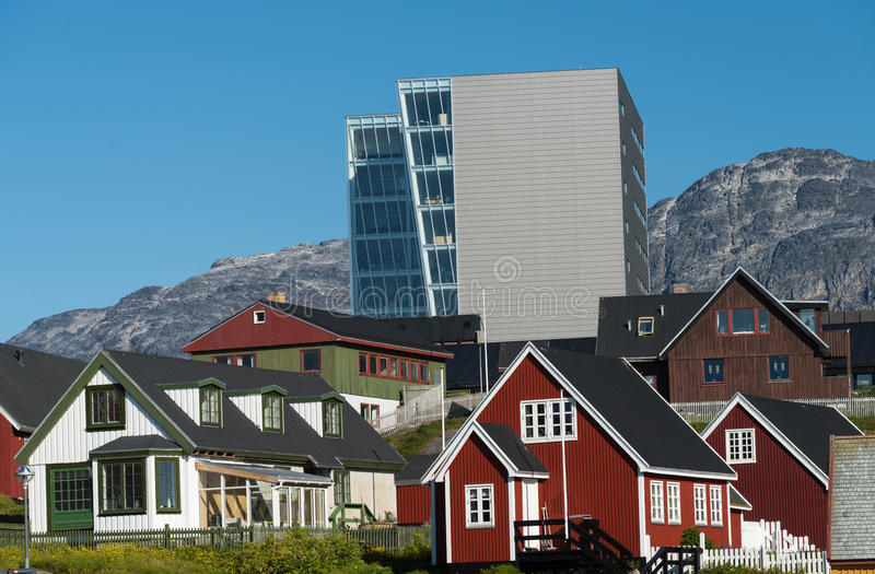Gammalt och nytt i Nuuk, den charmiga huvudstaden av Grönland royaltyfri bild