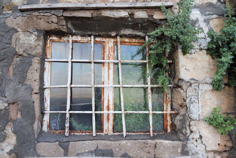 Gammalt och rostigt fönster med reflexion arkivbild