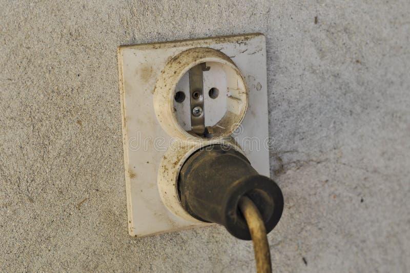 Gammalt och smutsigt elektriskt uttag royaltyfri fotografi