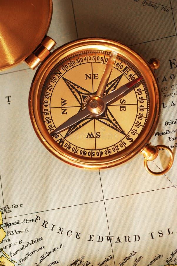 gammalt over för antik mässingskanadensisk kompassöversikt arkivfoton