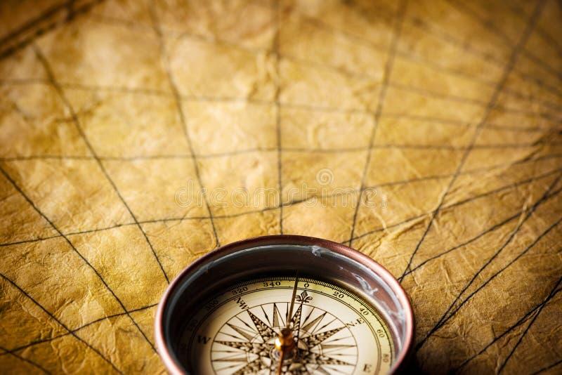 gammalt papper för kompass royaltyfri foto