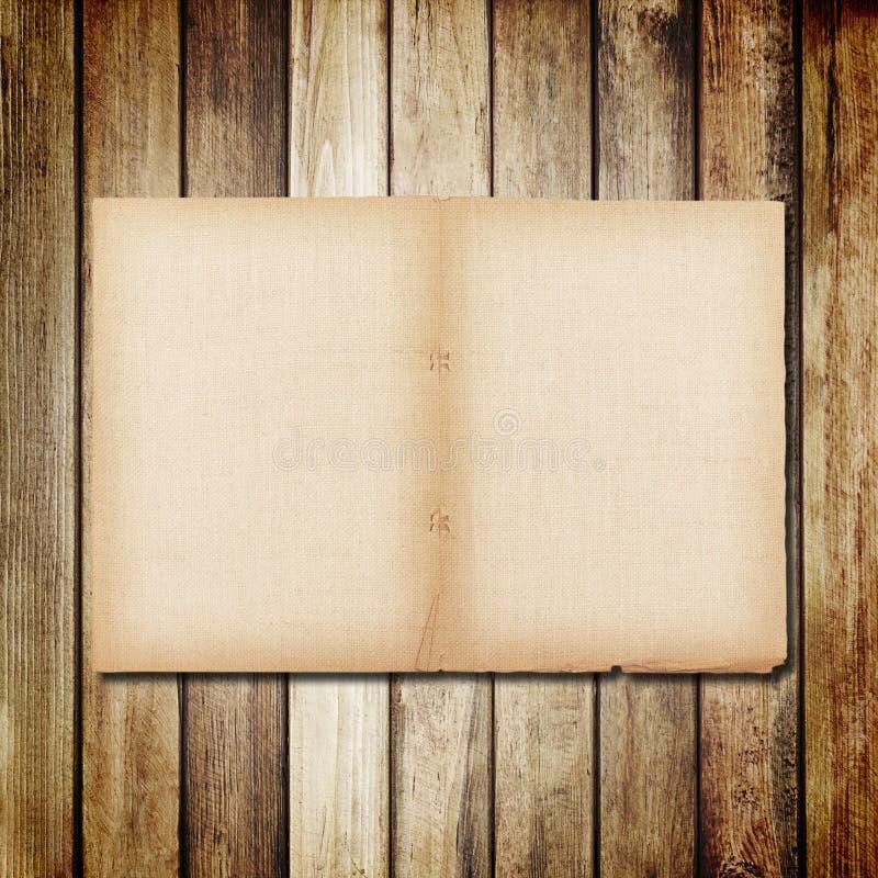 gammalt papper på brun wood textur med naturlig linnetextur arkivbilder