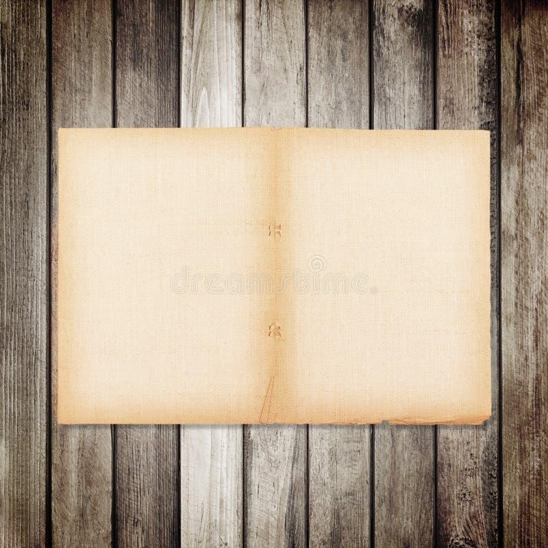 gammalt papper på brun wood textur med naturlig linnetextur royaltyfria foton