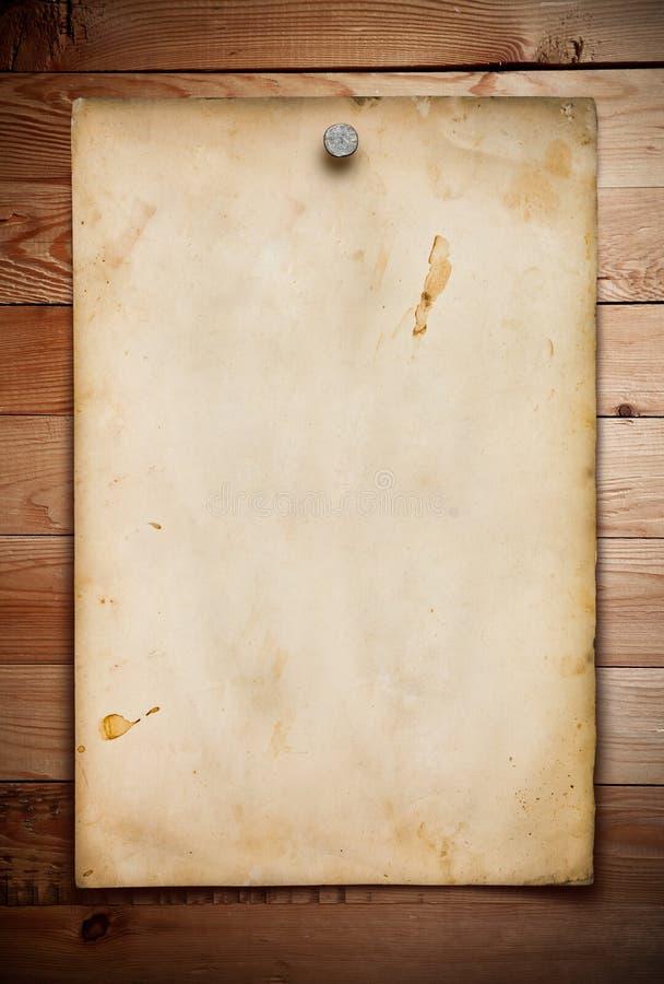 Gammalt papper på trät arkivbild