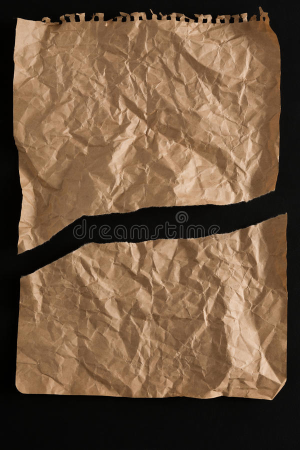 Gammalt pappers- ark som isoleras på svart bakgrund arkivbilder