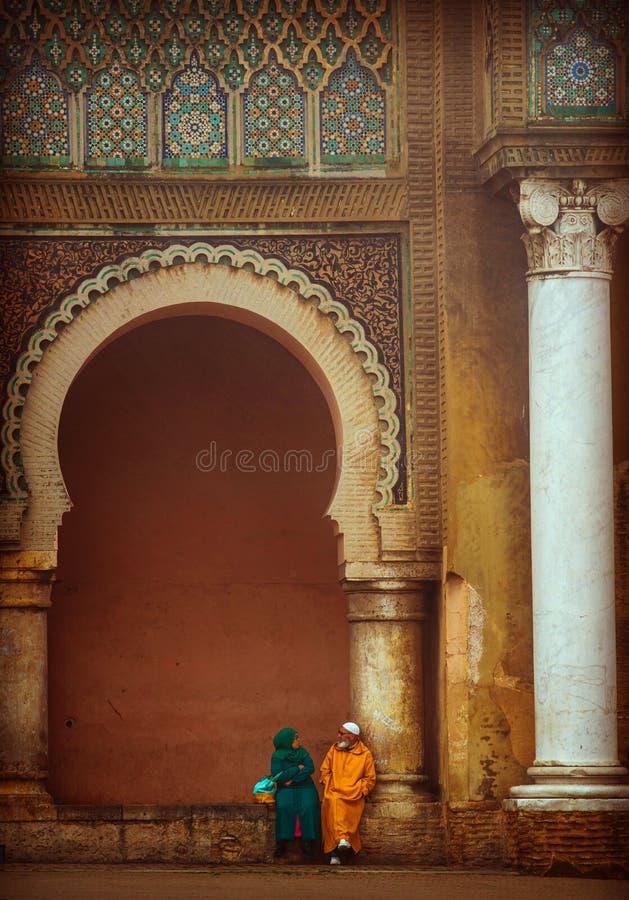 Gammalt parsamtal för älskvärd muslin i gammal kunglig slott med lyckligt och förälskelse, Marocko royaltyfria foton