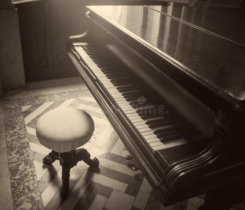 gammalt piano royaltyfria foton