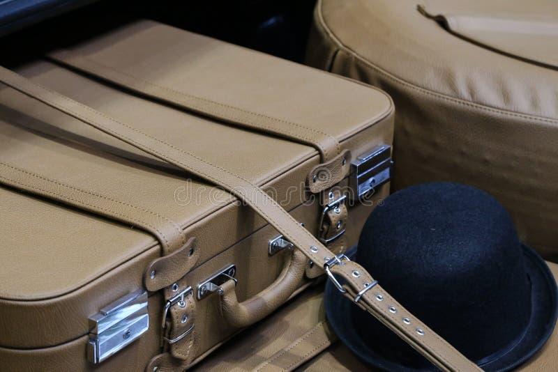 Gammalt piska resväskan i stammen av en bil arkivfoto