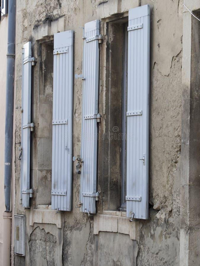 Gammalt provencal fönster arkivfoton
