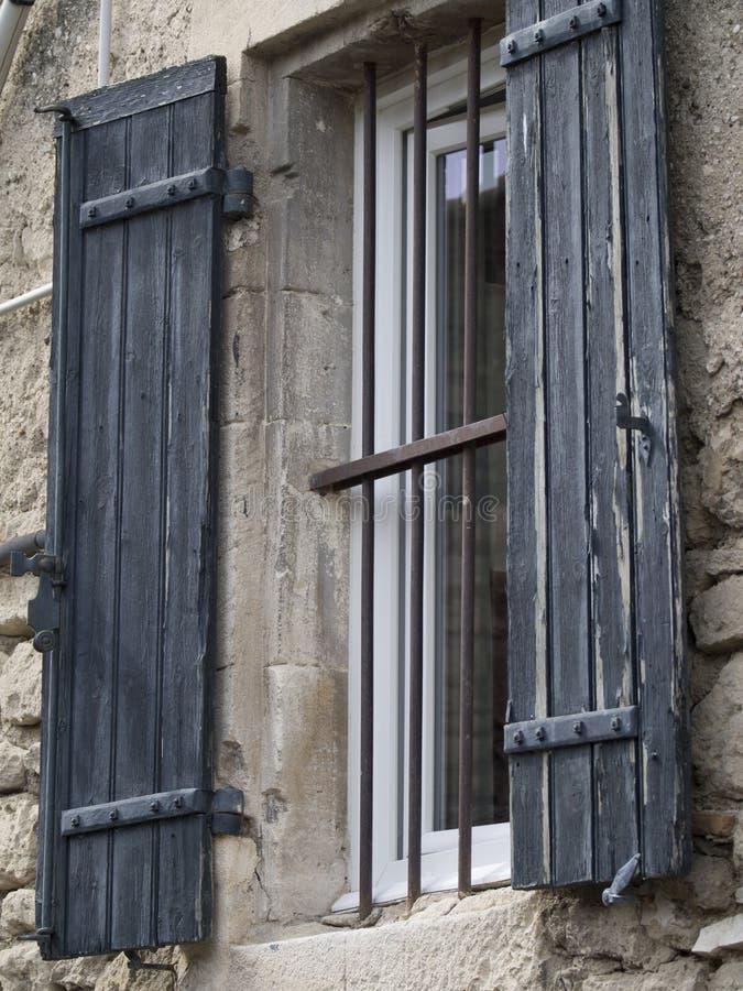 Gammalt provencal fönster fotografering för bildbyråer