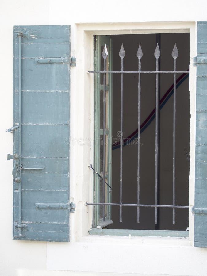 Gammalt provencal fönster arkivbilder