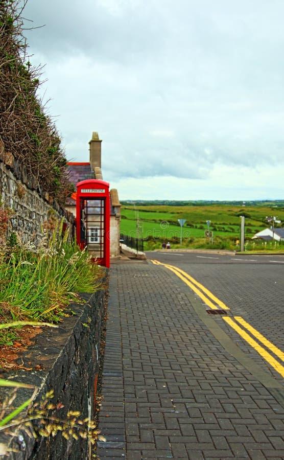 Gammalt rött engelskt telefonbås på platsen för jättevägbankUNESCO arkivfoton