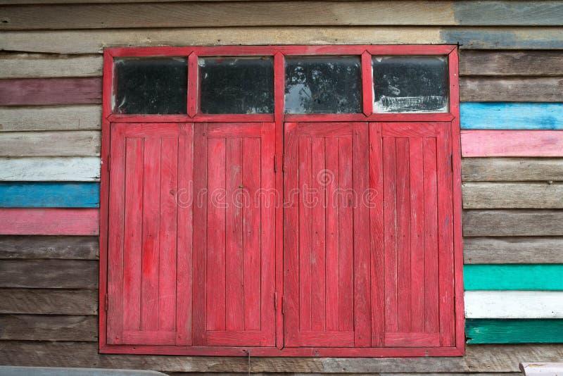 gammalt rött fönster royaltyfria bilder