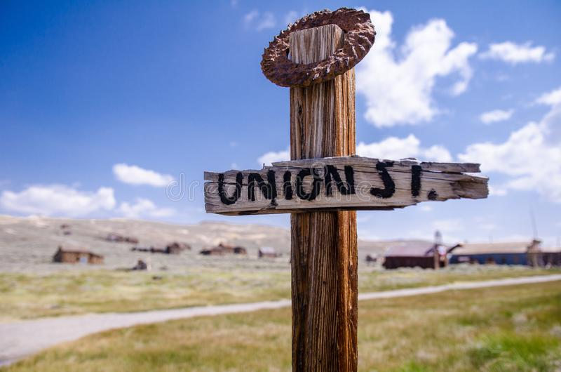 Gammalt ridit ut tecken för uniongata i Bodie State Historical Park, en Kalifornien spökstad arkivfoto