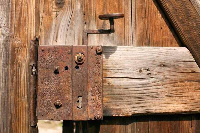 gammalt rostigt för dörrlås fotografering för bildbyråer