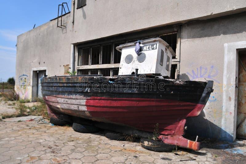 Gammalt rostigt fartyg på land royaltyfria bilder