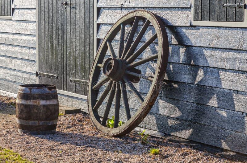 gammalt rostigt hjul royaltyfria foton