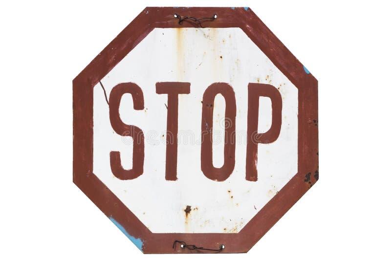 Gammalt rostigt icke-standard vägmärke 'stopp 'som isoleras på vit arkivfoton