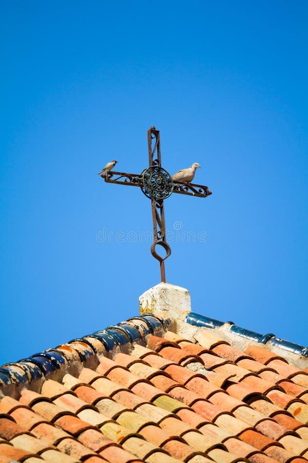 Gammalt rostigt kors arkivbilder