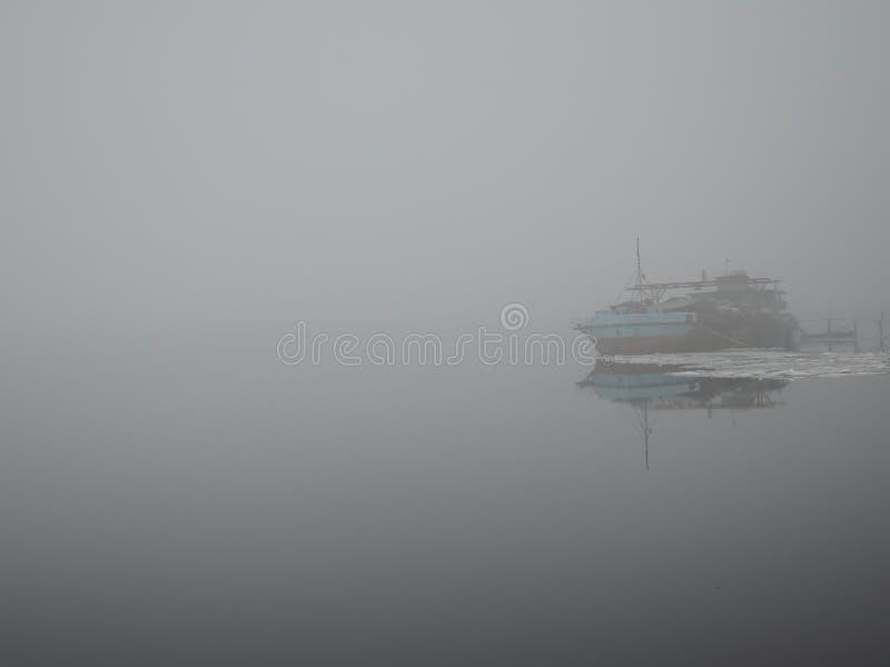 Gammalt rostigt skepp i dimma i vår royaltyfri foto