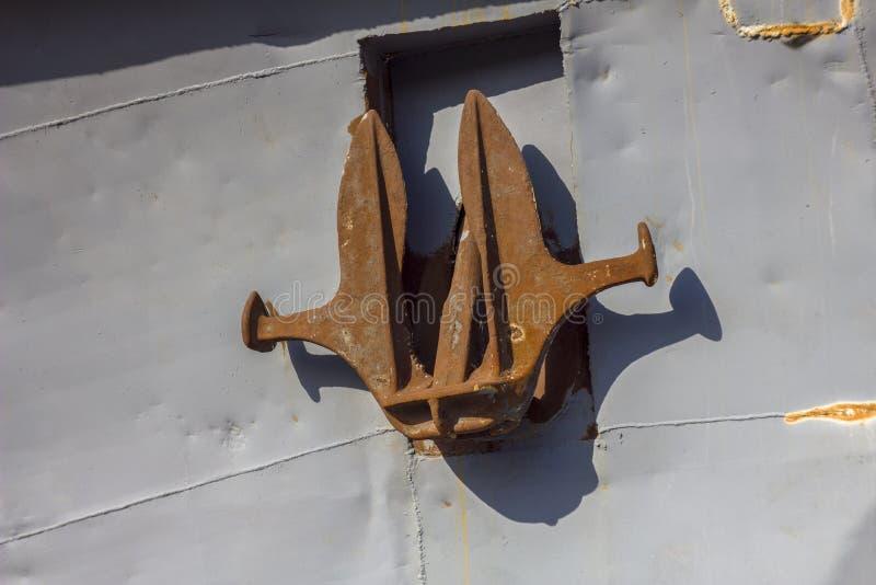 Gammalt rostigt skeppslut för ankare ombord upp royaltyfria foton