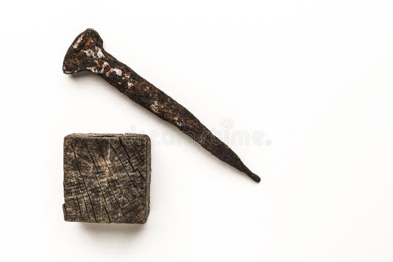 Gammalt rostigt spikar och den gamla träkuben arkivbilder