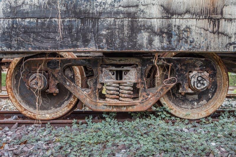 Gammalt rostigt stånghjul på järnvägspår arkivbilder