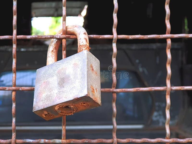 Gammalt Rusty Lock Hanging On Steel ingrepp royaltyfria foton