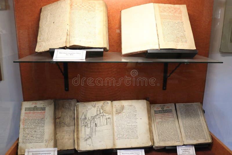 Gammalt sällsynt historiskt rumänskt museum Brasov Rumänien för bokskärm royaltyfria foton